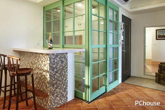 客厅吧台隔断装修效果图2 厨房经典的美式格子线条,漆上大自然的青草
