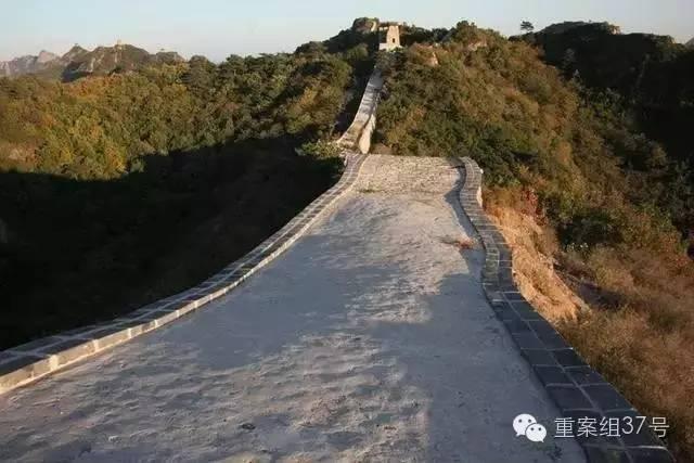 """修缮后的小河口长城,有网友形容为""""一条窄窄的水渠里盛满了固体的无法流动的水""""。 网友供图"""