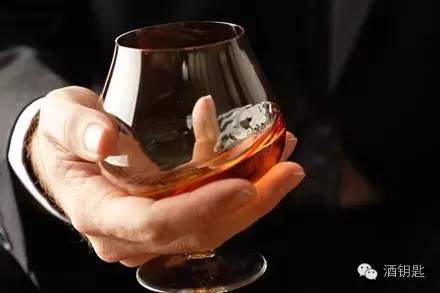 错误的.   红酒杯壁非常薄,红酒是一个讲究温度的饮