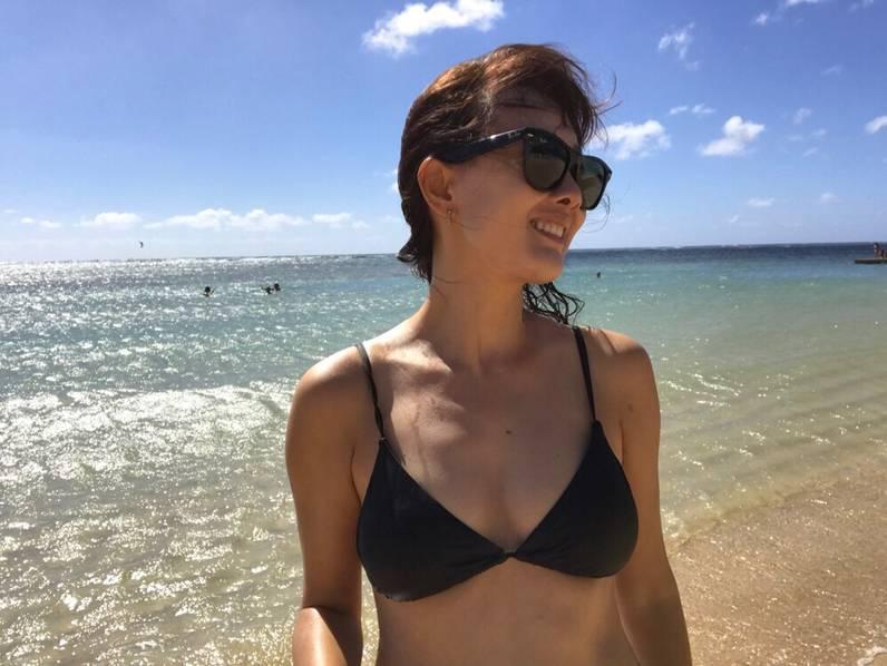 恭喜瘦身成功 44岁牛莉穿比基尼带女儿度假图片