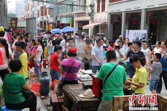 琼海市嘉积镇新民街赶集热闹非凡。