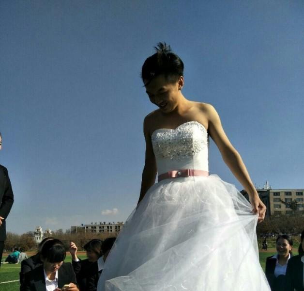 云南一男生穿婚纱 嫁 49名女生