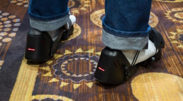全球首款VR鞋子亮相:在虚拟世界漫步