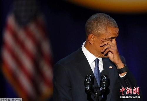 图为奥巴马在现场擦拭眼泪。