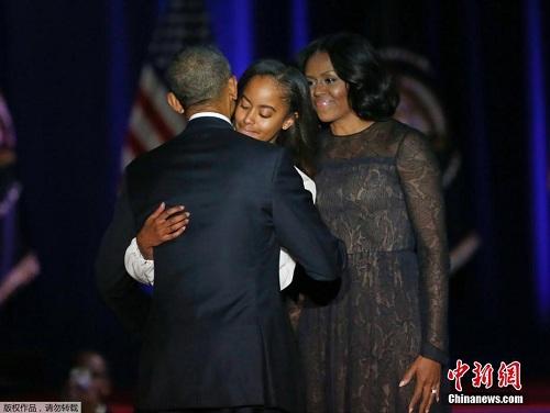当地时间2017年1月10日,美国芝加哥,美国总统奥巴马发表告别演讲。图为奥巴马与家人相拥。