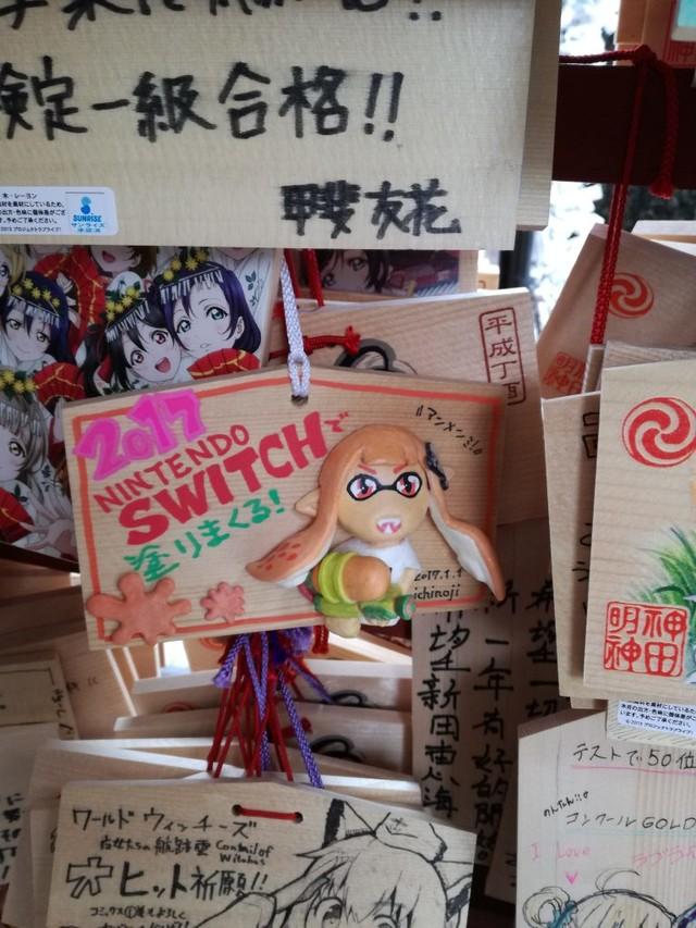 日本玩家到神社许愿第一个玩到Switch