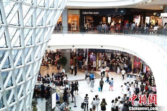 三亚国际免税城内购物的游客络绎不绝。(资料图片) 蔡东成摄