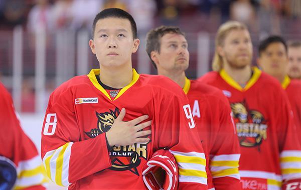 英达儿子成签约世界顶级冰球联赛首位中国人