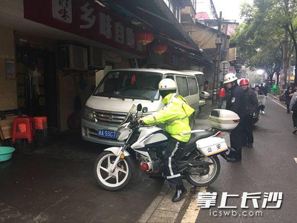 在蔡锷路与教育街交叉口,一台由私家车非法改装而成的加油车被执法人员当场查获。 长沙晚报记者吴鑫矾通讯员李进摄影报道