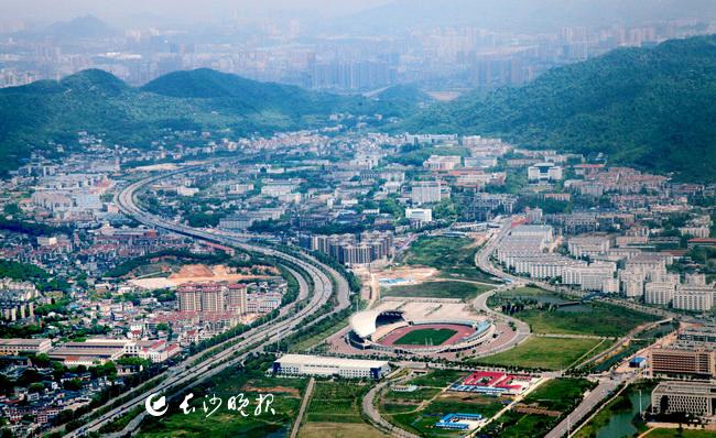 绿装披挂的岳麓山下的大学城,让无数学子尽汲湖湘之灵气。