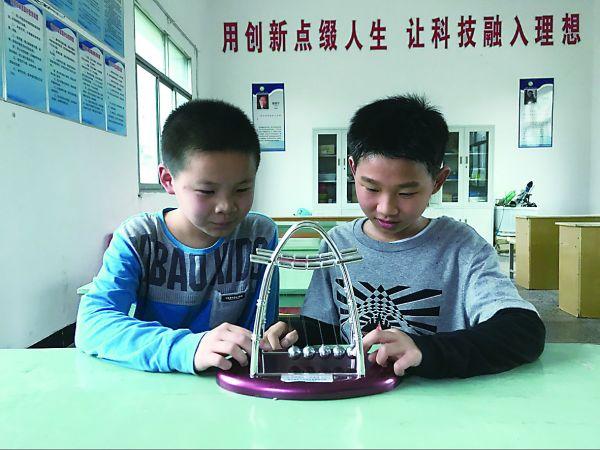 """""""斑马线线禁看手机装置""""的创意发明者黄俊彦(右)和彭璟沅(左) 通讯员余进勇摄"""