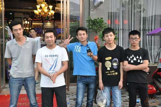 2015年,施林江和朋友们参加当地的网吧比赛(右二)