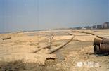 时光回到1999年,那时的红谷滩新区还是赣江对岸的一片滩涂。南昌老城区濒临赣江,受基础设施等条件的限制,一直以来,城市建设主要依托旧城向南拓展,导致百万人口聚集于赣江南岸。为了打开城市发展的新局面,与南昌老城区隔江相望的这片沉寂了几千年的荒芜滩涂,渐渐开启了一个属于它的时代。