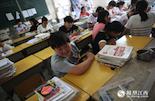 小胖(化名)来自江西鄱阳县,他的妹妹在月兔实验学校读小学。和小易一样,他的成绩也在450分左右,因为父亲在青岛工作,所以明年妈妈要带着妹妹去青岛,他有可能要回老家读高中。