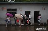 中考倒计时的第二天,南昌下起了暴雨,学校里涨起了水,毕业班的孩子们要淌着水才能进教室,同时这也是他们留在学校里的最后一天。