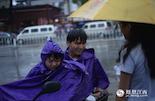 中午放学,小胖骑着电动车带着同学冒雨去复印资料。虽然有雨衣,但两个孩子还是被一场暴雨淋的一身湿透。