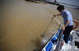 前段时间,老刘和同事又在赣江上发现了两具浮尸,为了找出死因,老刘和同事们开着巡逻船出动了。由于必须对尸体进行解刨,而解刨和尸检需要提供水源,所以老刘的同事在赣江中采集水样。
