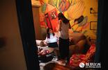 """做主播之前,童童在上海从事模特、礼仪等工作。有一次,通过朋友接触到了网络直播这个行业,听说收入还可以,童童开始迈入直播女郎的行列。""""在上海做直播的时候,最多一个月赚过三万元。"""""""