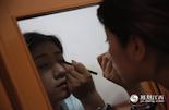 在家里,童童一般都是自己给自己化妆。童童说现在的主播分两种,一种是她这样的兼职,还一种是受聘于专门的主播工作室,工作室统一提供化妆和场地。