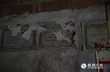 在家里的墙壁到处都贴满了涂亲亲从小获得的各种奖状,由于瓦房潮湿,一些奖状都已经模糊不清了。涂亲亲的高中生活在江西省重点中学南昌县莲塘一中度过,568分是她的高考成绩。