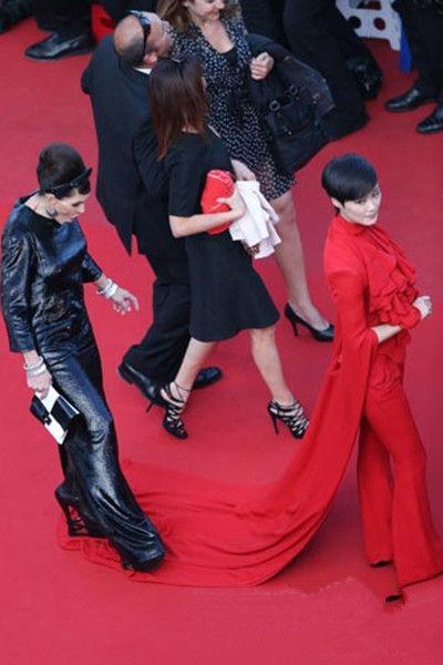 """女星在红毯上的尴尬瞬间,李宇春被踩裙摆,杨幂被""""劝离"""""""