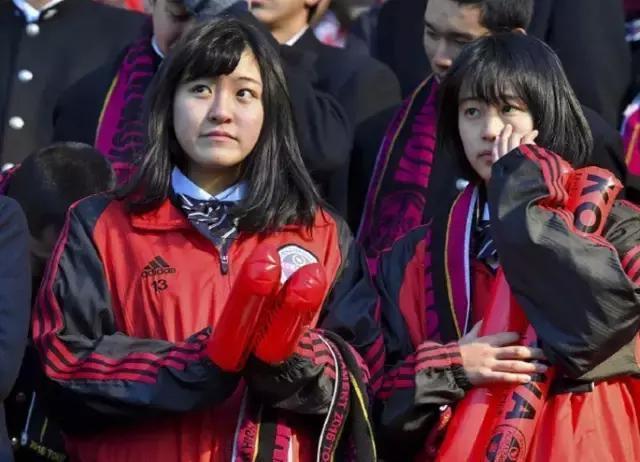 日本高中生真的好a高中!中国足球狗偷偷擦高中校址外国语眼泪宜昌图片