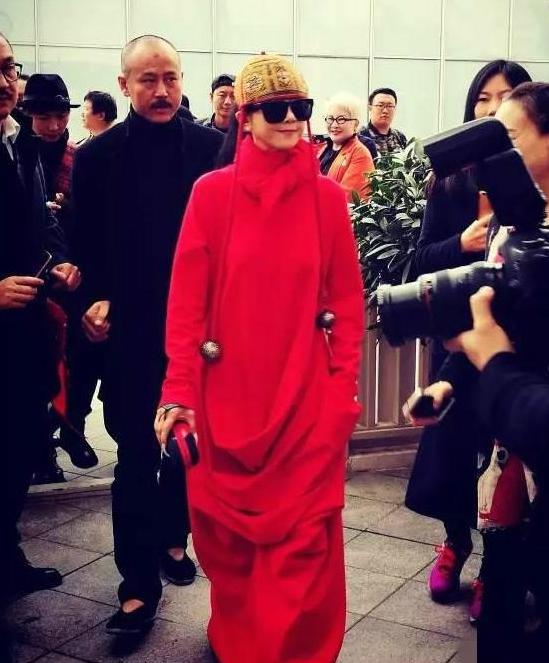 58岁杨丽萍现身成焦点 却被一顶帽子抢了镜
