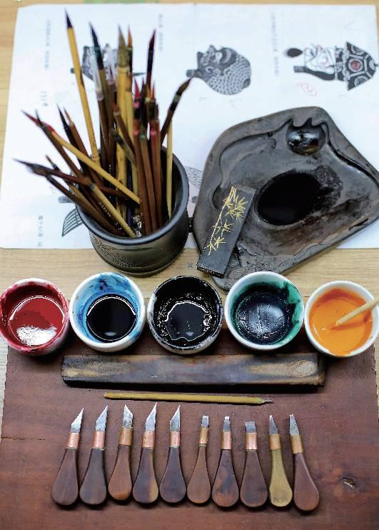 制作陕西东路皮影的刻刀与染色颜料 陕西皮影以西安为界,分为东南西北四路,最有代表性的是东路和西路,前者集中于华县、大荔、渭南、华阴等地,后者则主要在宝鸡。 传统的皮影刻制有许多公式与模板,通过画谱一代代流传下来。皮影又分为头茬(头)、桩桩(身子)、杂件( 桌椅板凳)、布景几大类,刻好后分门别类放在箱子里, 演出时再根据需要临时组装。
