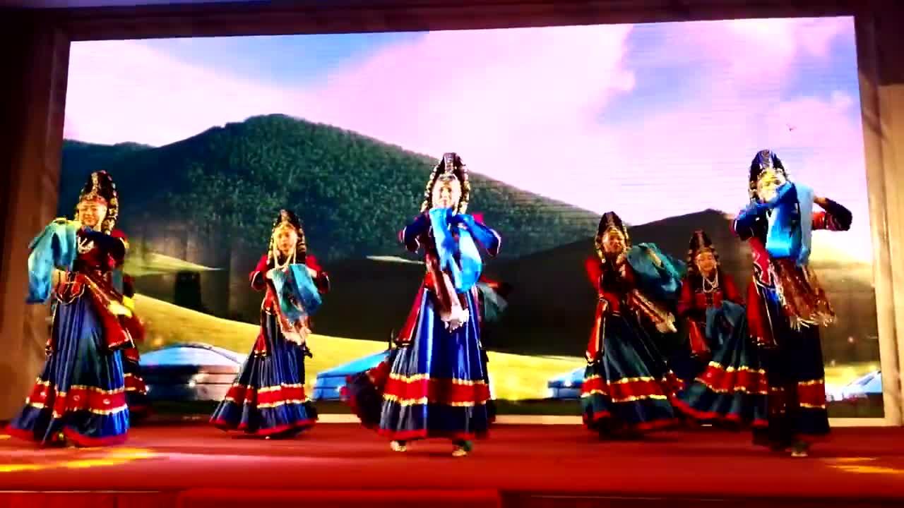 蒙古族舞蹈视频大全集1、能够对本课所学习的蒙古族音乐感兴趣,