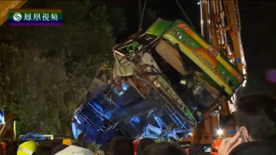 台游览车翻覆事故致33死11伤 现场惨不忍睹