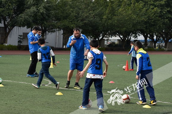 等待测评的小足球运动员们 礼嘉白马小学供图 华龙网发