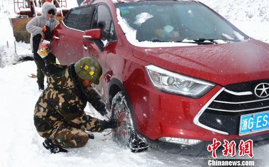 武警交通部队风雪中抢通川藏线图片