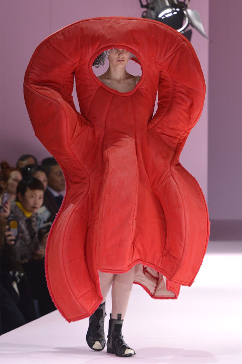 hbz-unpractical-runway-looks-commes-des-garcons-gettyimages-648026112