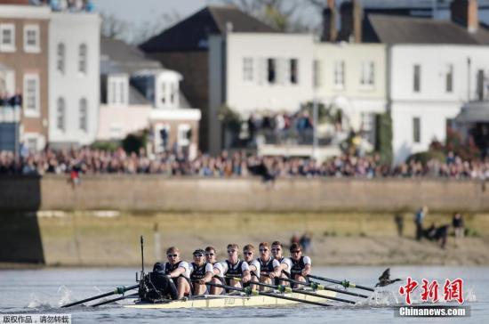 图为牛津大学男队在比赛过程中。