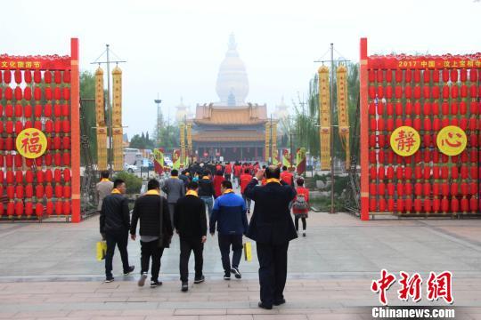 中国汶上太子灵踪文化旅游节开幕,海内外游客前来参观宝相寺。 赵晓 摄