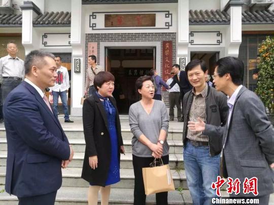 王苗主席(中)与福清市委常委、宣传部长林彤(左二)、黄檗文化促进会会长林文清(左一)等人交流。 陈芝宽 摄