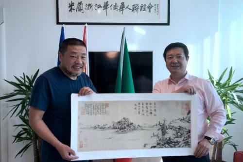 著名书画家庞戎教授与米兰浙江华侨华人联谊会会长、银河互赢机构董事长朱金亮合影。