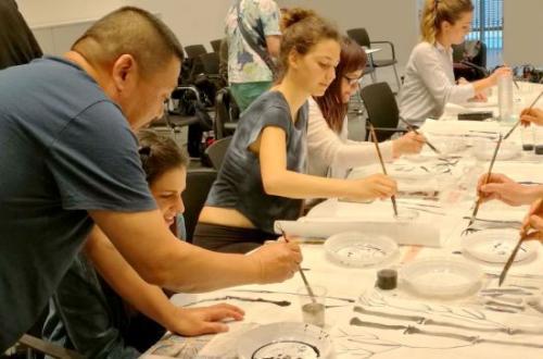 著名书画家庞戎教授指导意大利米兰国立大学孔子学院、天主教圣心大学学生学习中国书画。