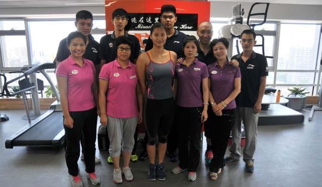 但坐在刘翔左边的游泳名将陆滢在照片中的身材反而吸引了网友们的注意