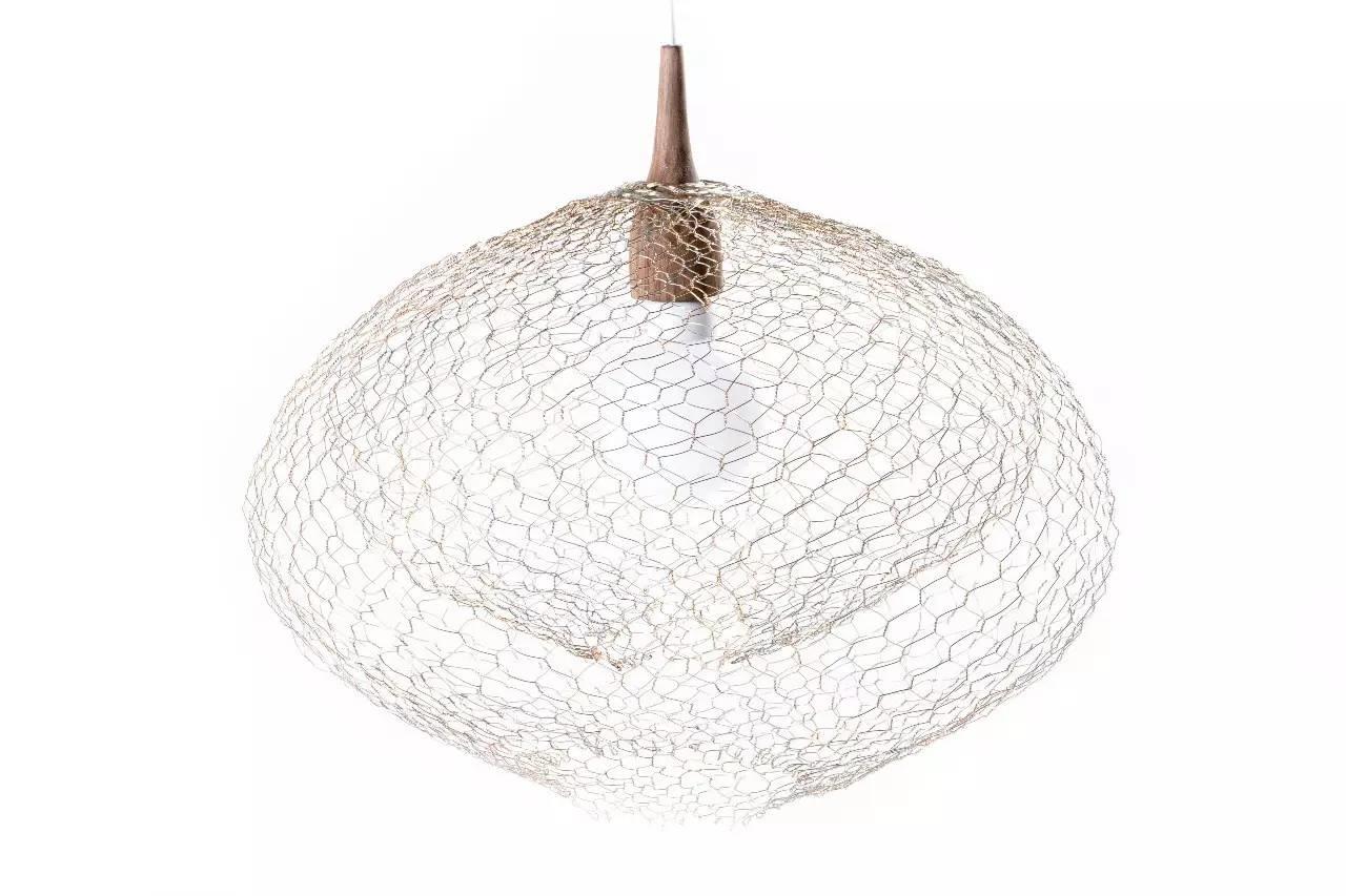 灯 具  这些手工编织的铜丝球体灯罩,一层叠上另一层,圆润地包住小