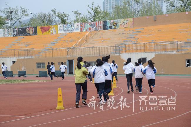 青岛体育中考开考,考生热选篮球,引体向上遭嫌弃