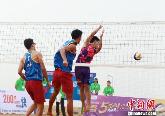 图为男子排球比赛现场.   摄 -2017年全国青年U21沙滩排球锦标赛广