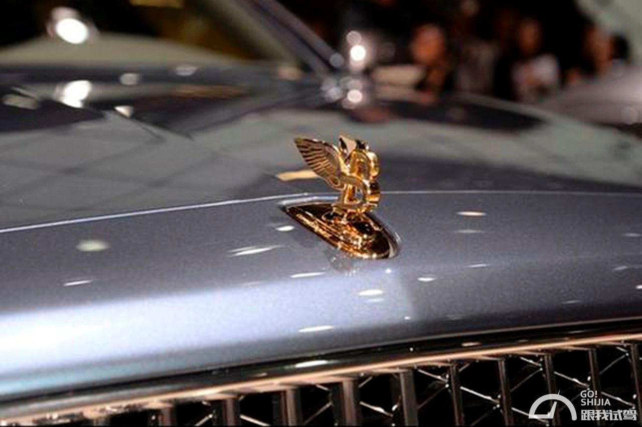 NO.10乔治巴顿 售价299万 看到他的第一眼,眼前浮现出来的不是驰骋在路途的酣畅淋漓,却是电影《金刚狼》的男主角。凶悍的硬汉外形设计,充满了威慑力,犹如军人一般的飒爽英姿,令人慑服。  不同于外形的刚毅风格,乔治巴顿在内饰方面则是另一番风味。车内采用高档的双色真皮包裹,配以木纹的饰板点缀,宽敞清新却又不失豪华。驾驶舱内还配有夜视系统,卫星导航,防生化毒气系统,供氧设备等安全设备。动力方面,新款的乔治巴顿搭载了V10发动机,其排量为68L,同时搭配了6挡自动变速器。 NO.