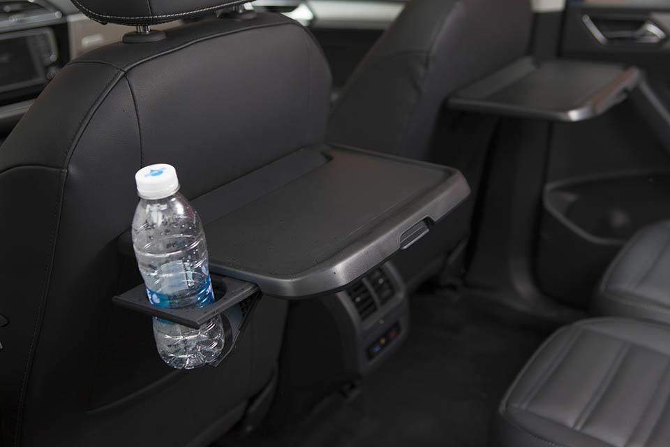 途安L的第二排座椅集成了儿童安全座椅功能,同时ISO外部接口得以保留,对安全性高度重视的设计相信会令家庭用户颇为满意。遍布车内周围的储物格底部均装有或皮质或绒质的底垫、前排座椅后的桌板带有防滑凹槽且集成了可伸缩杯架、座椅操作拉杆或提绳的力度均适中。这些深藏不漏的细节都会在不经意间让人对途安L的细心报以微笑。