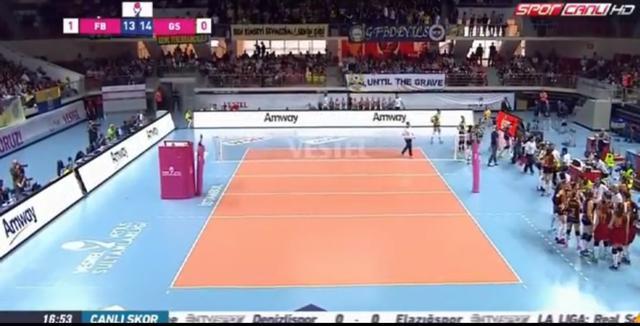 土耳其女排联赛决赛突发意外情况 观众鸣枪裁