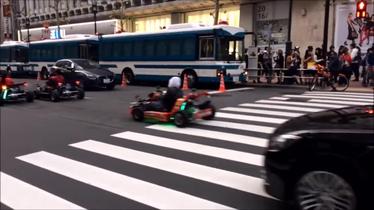 日本街头遇上这队卡丁车 连兰博基尼都要挥手致敬