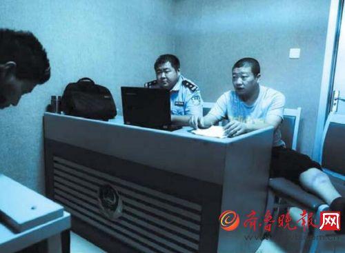 腿部摔伤,刘伟忍着伤痛审讯嫌疑人。(资料片) 警方供图