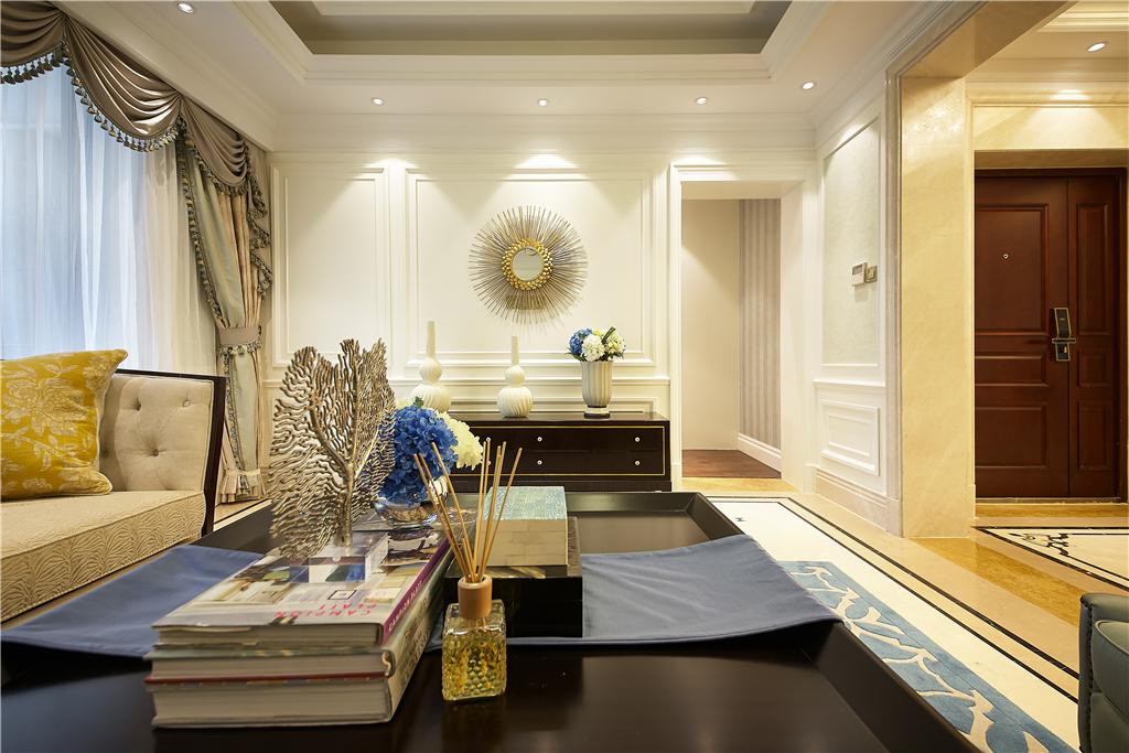 沙发墙以典型的简欧式的石膏线条造型 抽象挂画,在欧式造型的布艺沙发