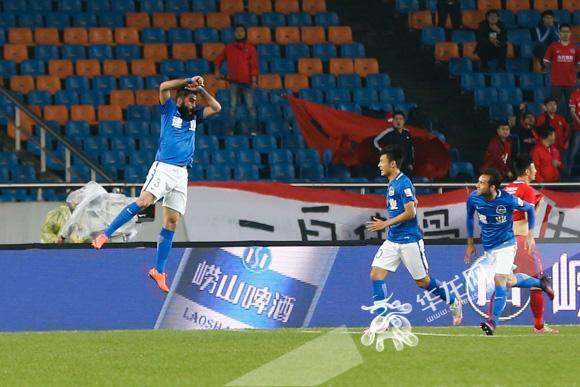 萨利赫头球攻入重庆当代力帆大门,萨利赫进球后兴奋的高高跃起.