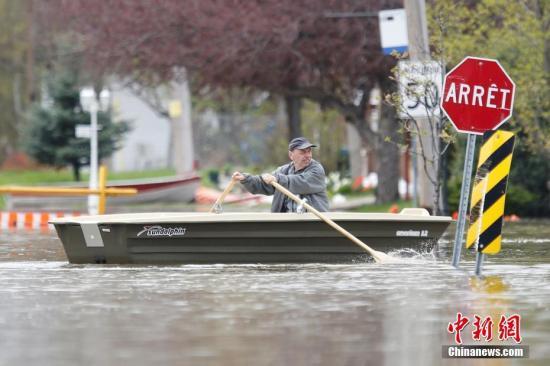 资料图:当地时间5月4日,加拿大魁北克加蒂诺遭遇洪水袭击,过膝的大水给当地民众的生活带来不便。